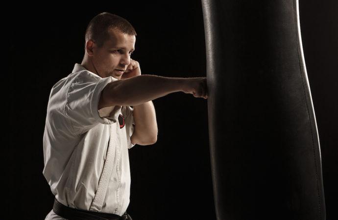 Il sacco da pugile: un prezioso alleato del karateka sportivo