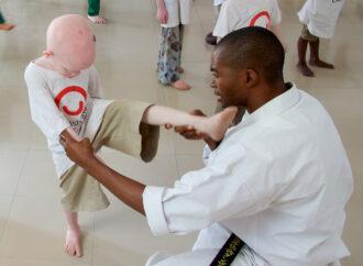 Raccolta fondi per seminari di karate in supporto dei giovani che soffrono di albinismo e altre disabilità